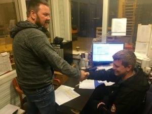 Skipper Åsmund Breivik og vaktleder på Tromsø fryseterminal tar hverandre i handa etter lossing.