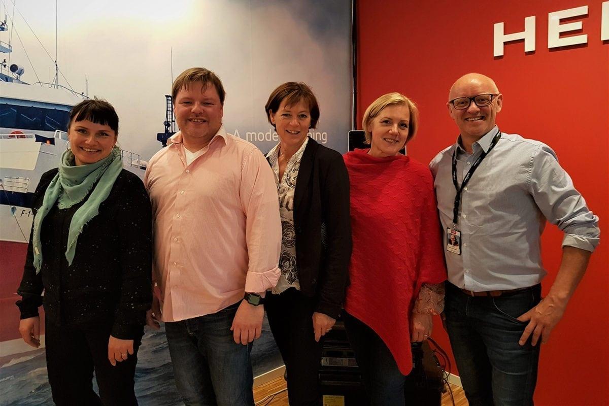 Jan Roger Lerbukt sammen med representanter fra Ungt Entreprnørskap, etter en bedriftspresentasjon.
